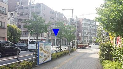 ③すぐに「国領駅入口」という信号が見えます。この信号を斜め左向こうへ渡ってください。(美容院さくらの横を通過します。)
